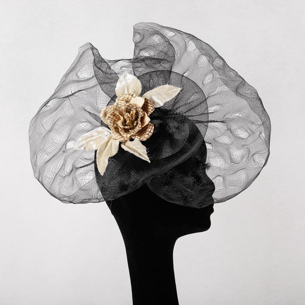 Fascinator - zwart crine met witte roos in visleder