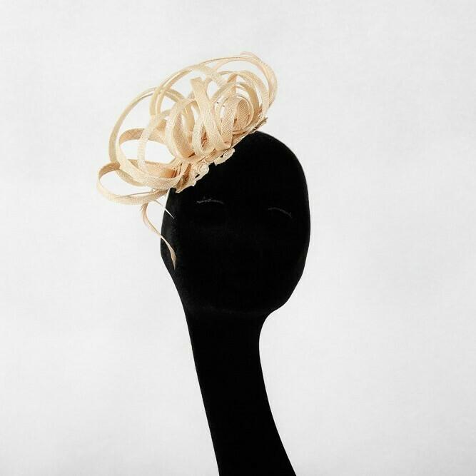 Fascinator loops in sinamay afgeboord met kant - beige