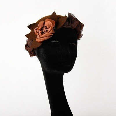 Hoed model Rosa  - haarvilt bruin & tulle met pompom bloem - maat 56