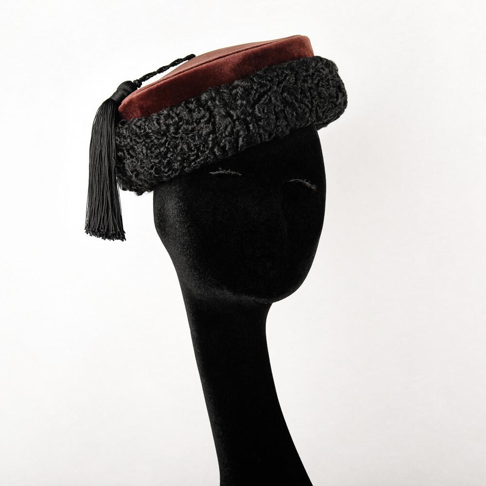 Hoed model Matroesjka - bruine velour met zwarte astrakan en kwast