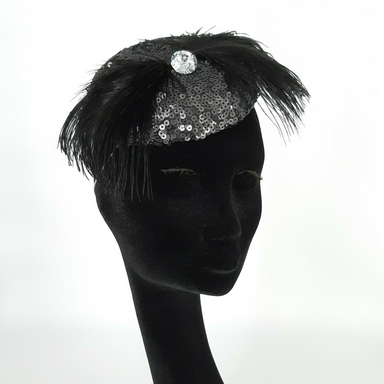 Fascinator in zwarte pailetten stof met zwarte versiering