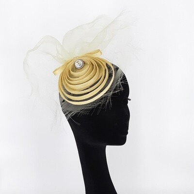 Fascinator met crine & loops in gele sinamay