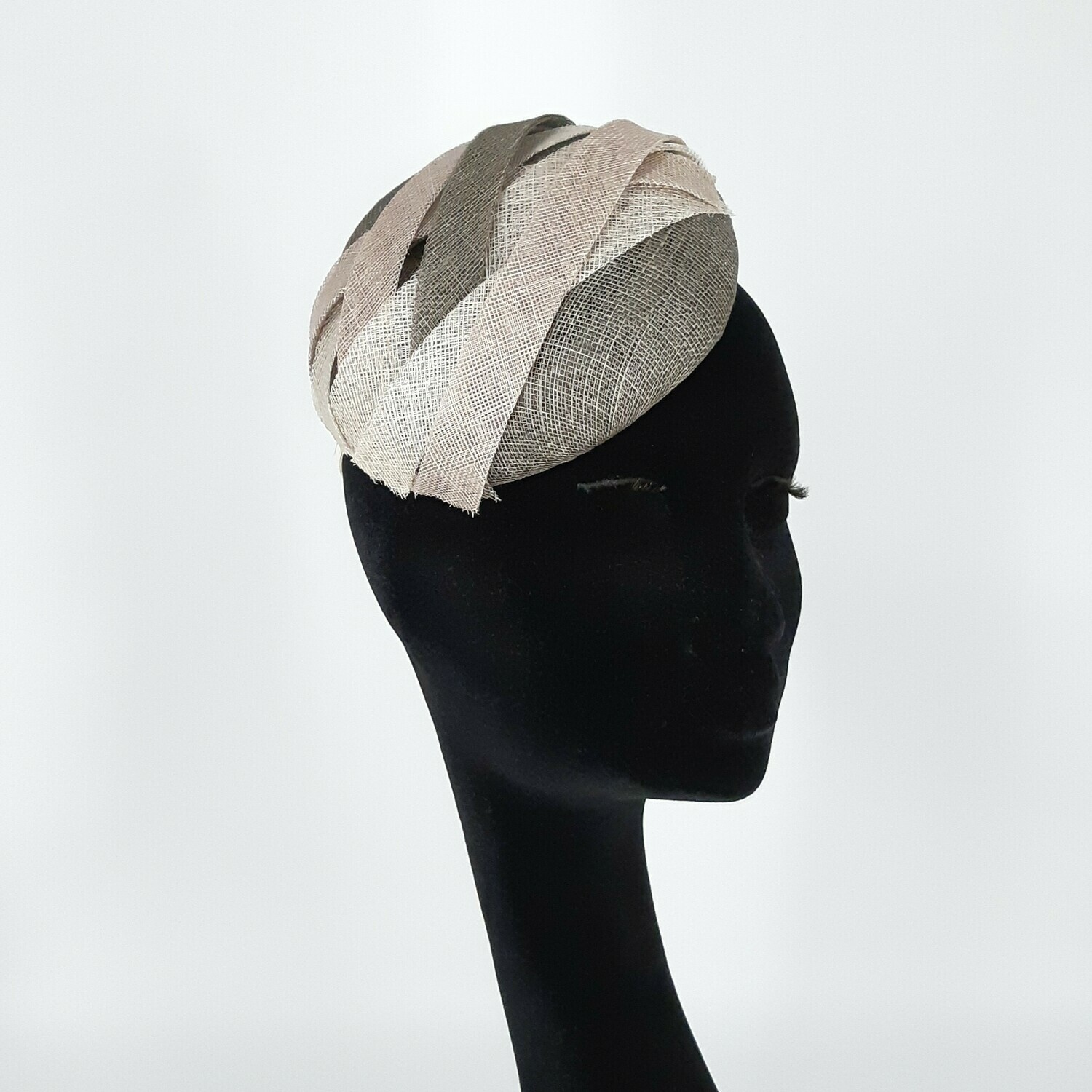 Fascinator - mini beret in tinten grijs - sinamay