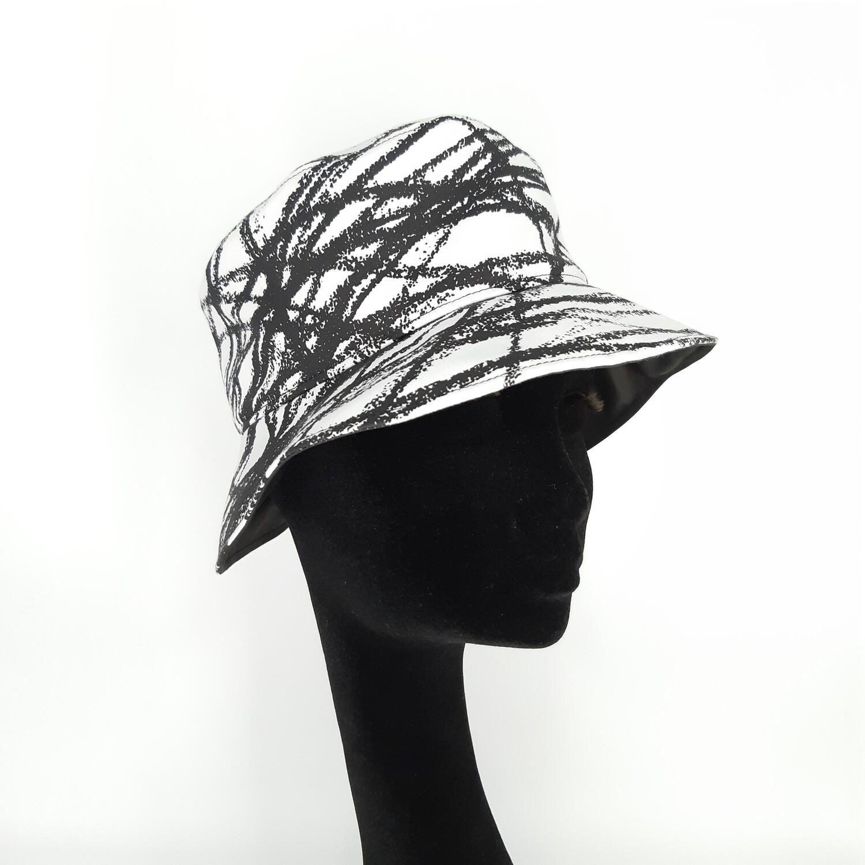Bucket hoed met zwarte kriskras print