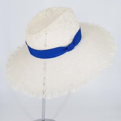 Faubourg zomer hoed met brede gerafelde rand - wit papyrus & koningsblauw lint