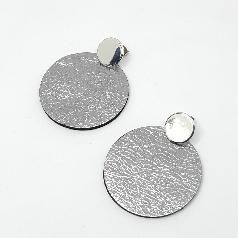 Oorbellen in zilver lakleder met zwarte rand en  zilveren stekers