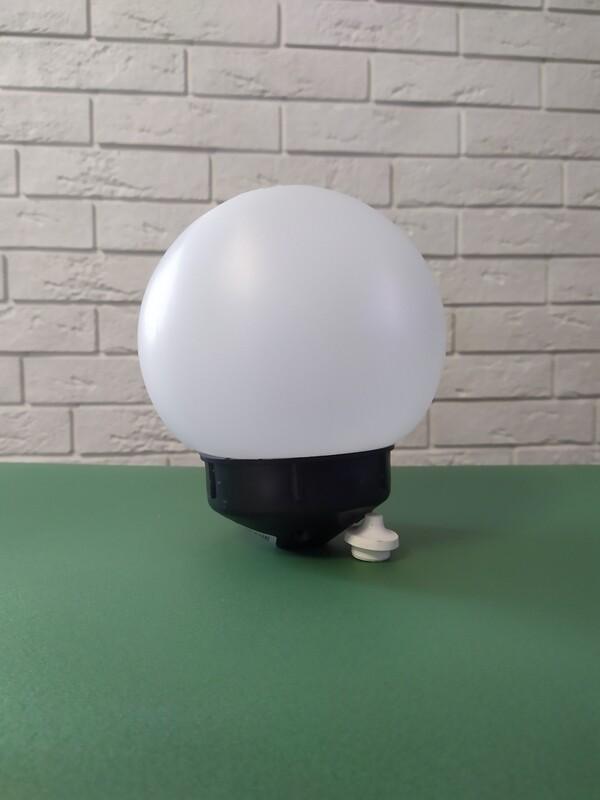 Плафон с чёрным конусовидным основанием, диаметр шара 15см белый