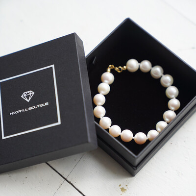 Luxurious pearl bracelet with gold plated silver details