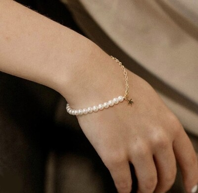 Pearl bracelet with gold plated details