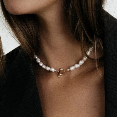 Natural pearl necklace with gold plated details