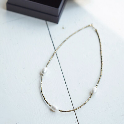 Choker with natural pearls and hematite