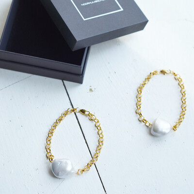 Bracelet with natural Baroque pearl