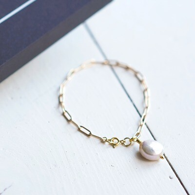 Gold plated bracelet with natural pearl