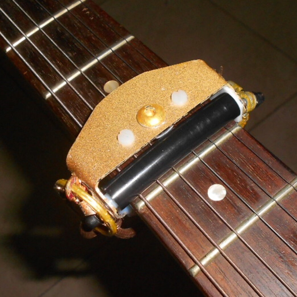 ROLLING CAPO. Gold lacquer finish.
