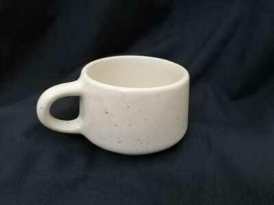 Taza de cerámica hecha a mano - salpicadura negra