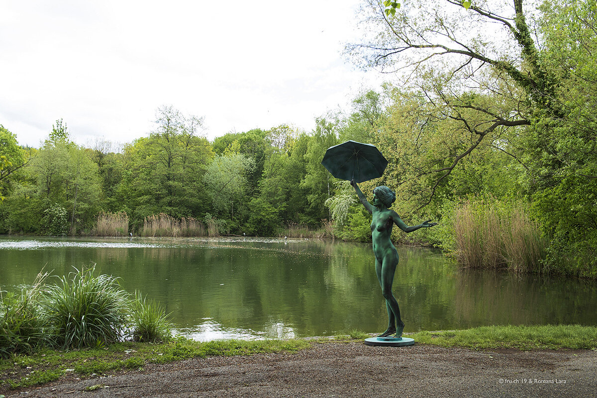 livingstatue with umbrella