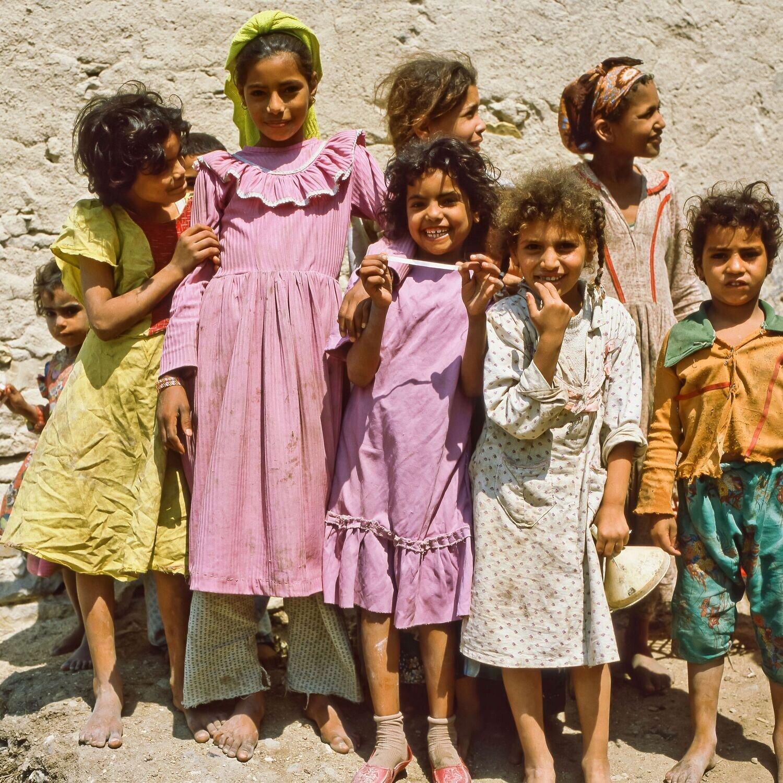 Neugierige Mädchengruppe (Ägypten, Kairo – April 1984)