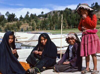 Vier Mädchen am Hafen (Peru, Amantani – Dezember 1984)