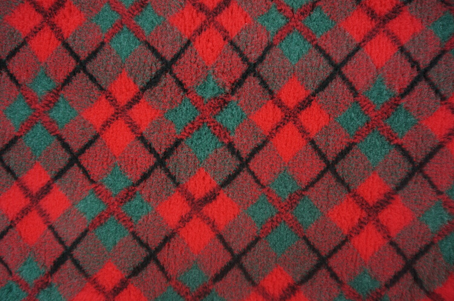 Minimum {15 x Metre Roll} : Ultra Premium - Non Slip Backing : Red &      Green Diamond Tartan - Ref : (6316)