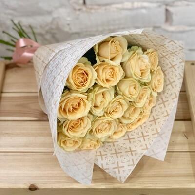Букет из кремовых роз в крафте