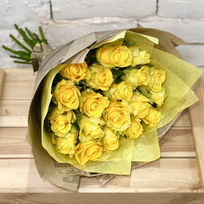 Букет из желтых роз в крафте