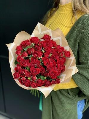 Букет из красной кустовой розы 15 шт.