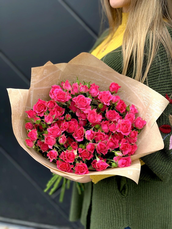 Букет из малиновой кустовой розы 15 шт.
