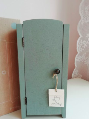 Vintage Closet w/ Shelves Mini