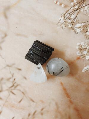 Kristalset apofyliet, toermalijn en toermalijnkwarts