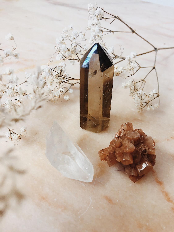 Kristalset rookkwarts, aragoniet en bergkristal