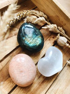 Kristalset labradoriet, roze maansteen en seleniet