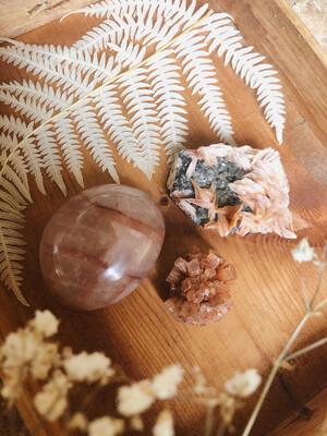 Kristalset hematoide kwarts, bariet met cerussiet en aragoniet