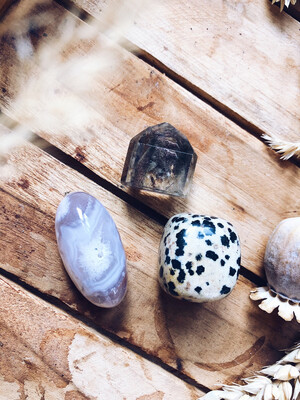 Kristalset dalmatiër jaspis, bloemagaat en fantoomkwarts