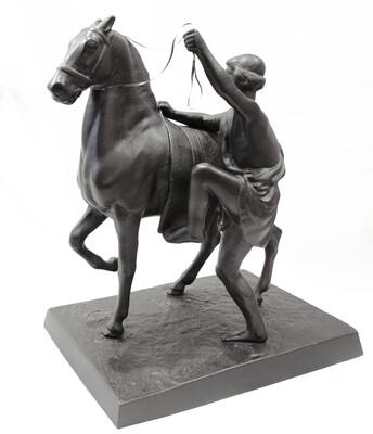 Ездок, садящийся на лошадь (