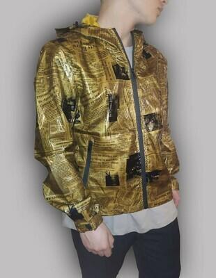 K-Way Newspaper colore oro stampato in vinile effetto lucido impermeabile antivento con cappuccio  e chiusura a zip