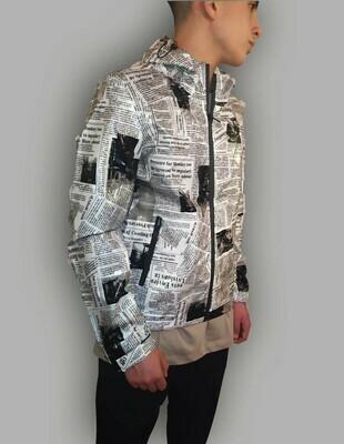 K-Way  Newspaper colore bianco stampato in vinile effetto lucido impermeabile antivento con cappuccio  e chiusura a zip