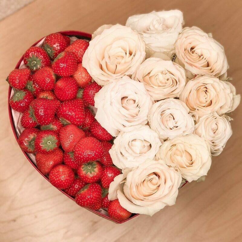 Клубника в коробочке с белыми розами
