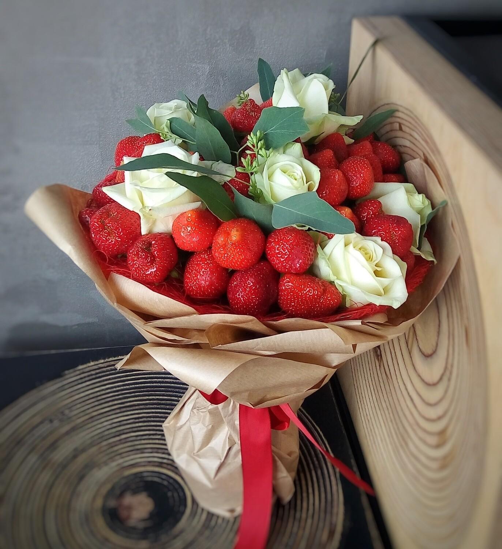 Сладкий букет с клубникой и белыми розами