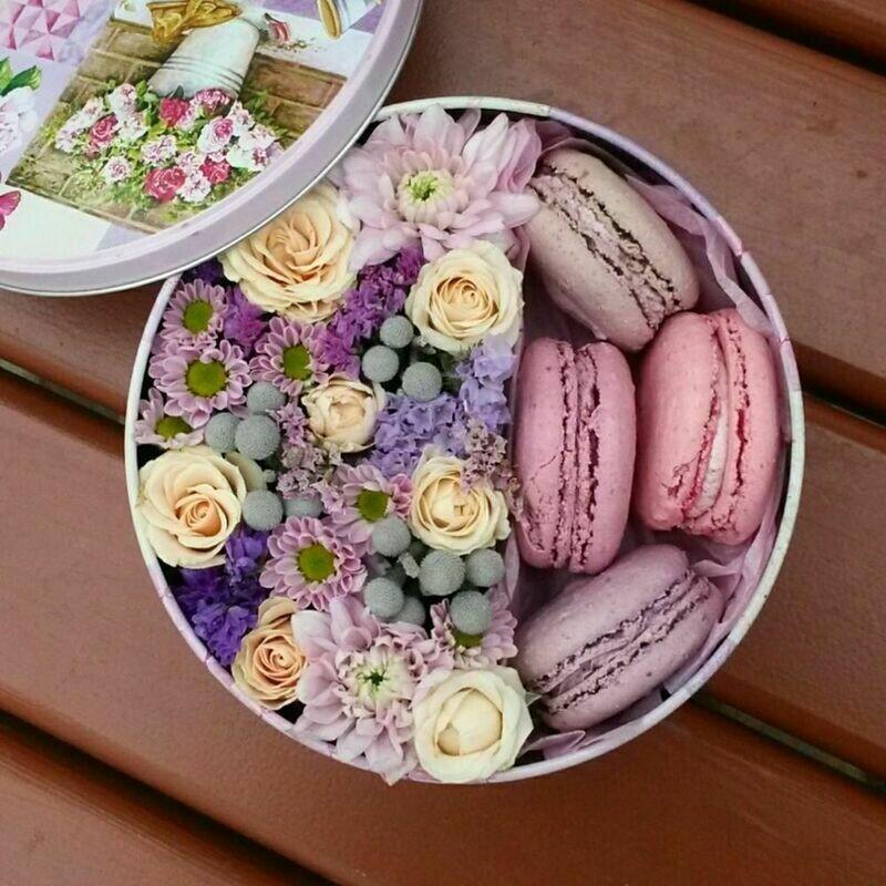 Цветочная коробочка с макарунсами