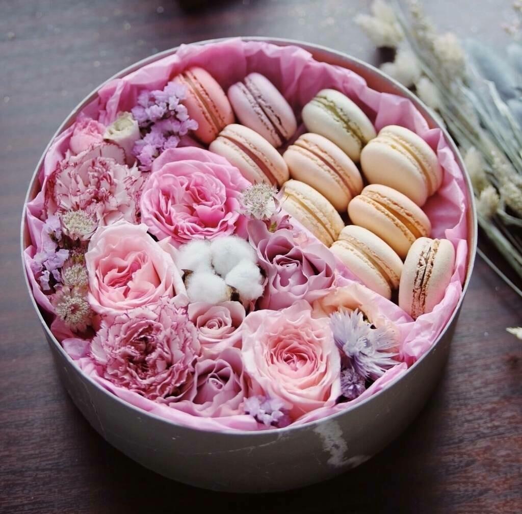 Нежная вкусная коробочка с цветами и макарунсами