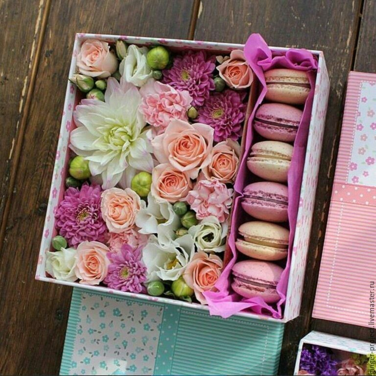 Ароматная, милая коробочка с цветами и макарунсами