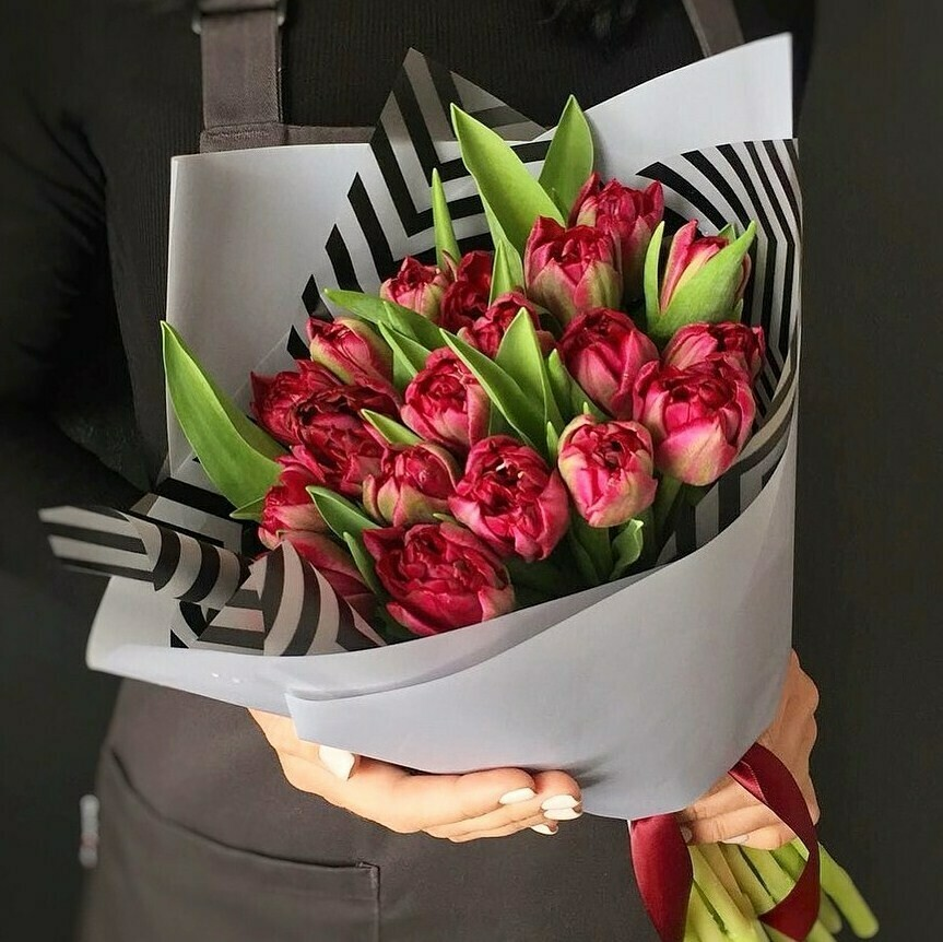 15 пионовидных красных тюльпанов в стильной упаковочной бумаге