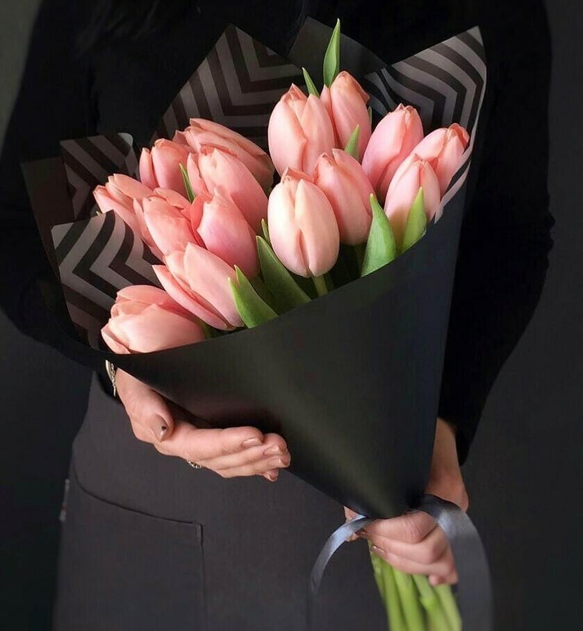 15 нежно-розовых тюльпанов в стильной чёрной бумаге
