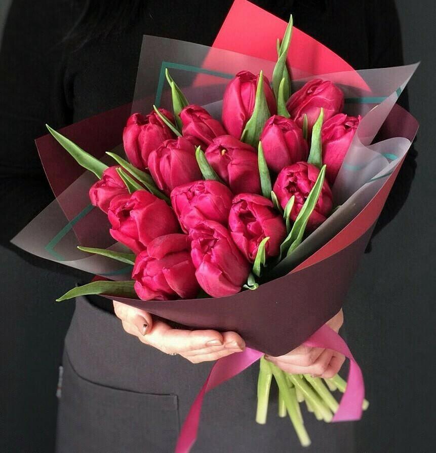 15 коралловых тюльпанов в стильной бумаге