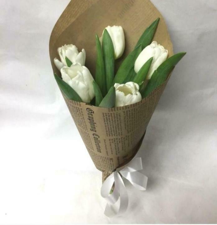 5 белых тюльпанов в крафте