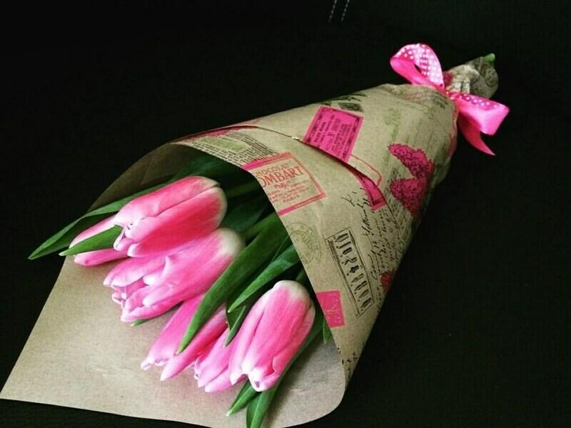 5 розовых тюльпанов в крафте