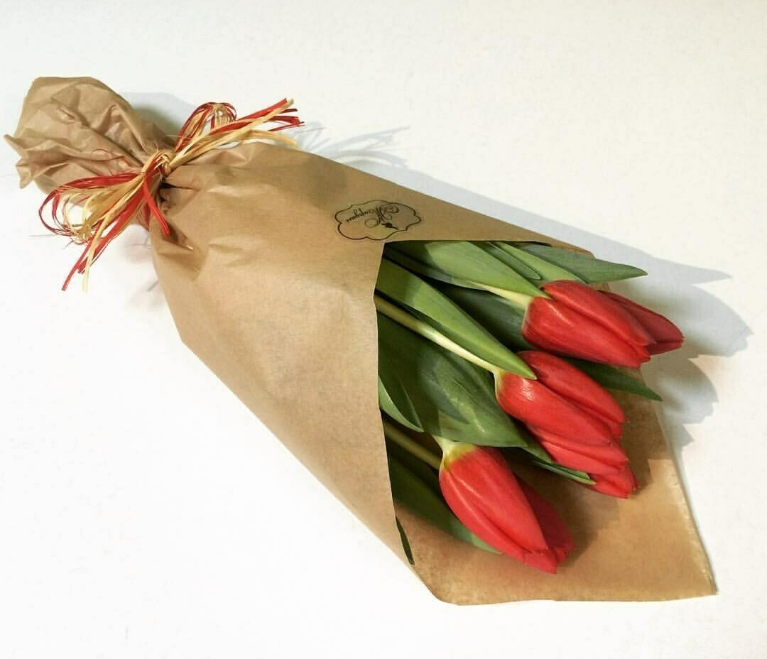 5 красных тюльпанов в крафте