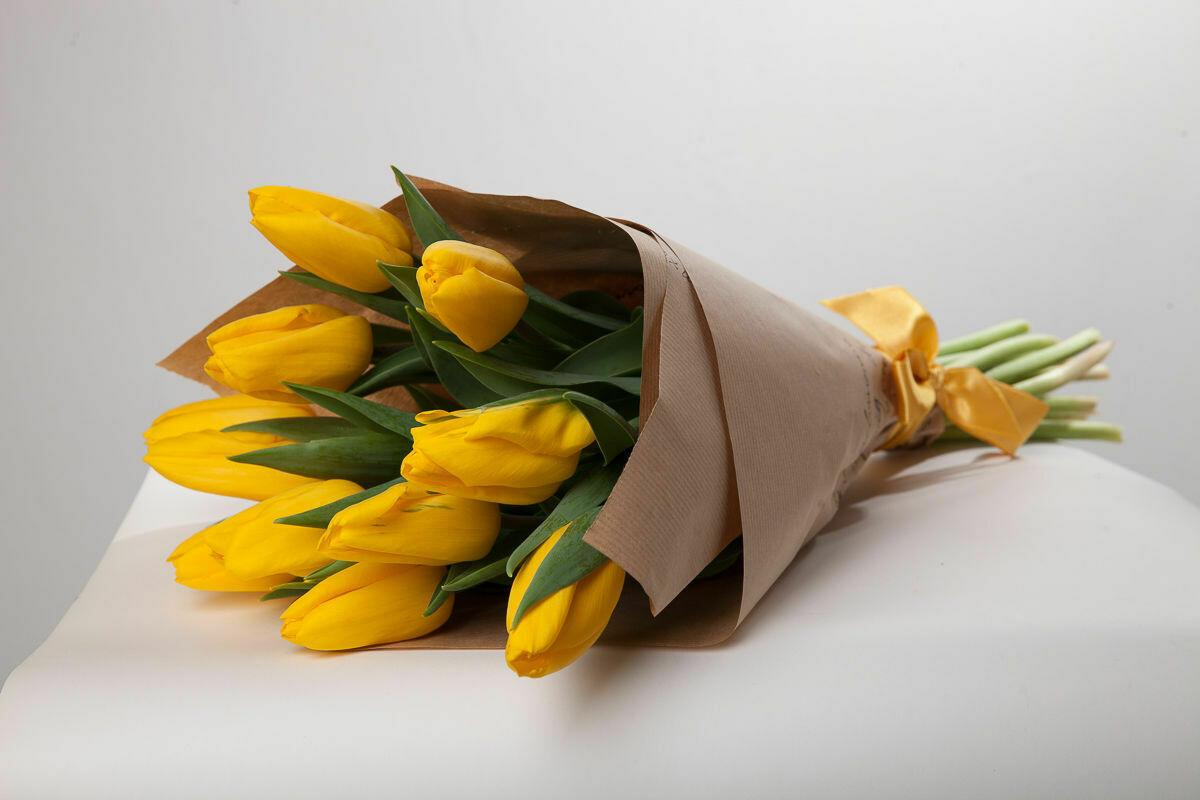 9 жёлтых тюльпанов в крафте