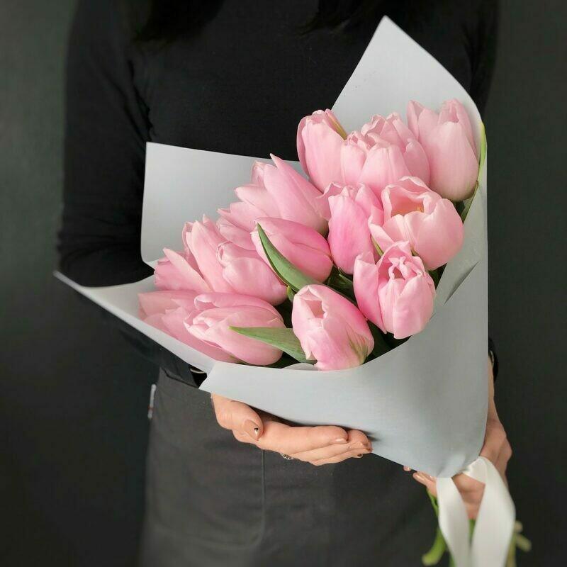 15 нежно-розовых тюльпанов в стильной упаковке