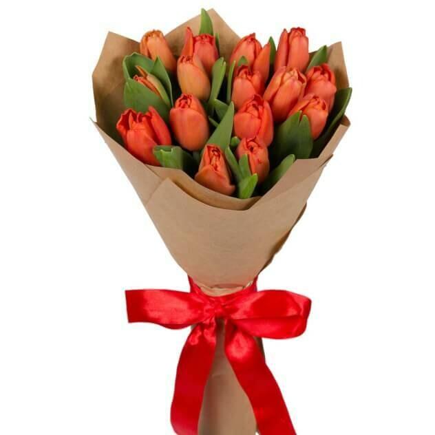 15 красных тюльпанов в крафте